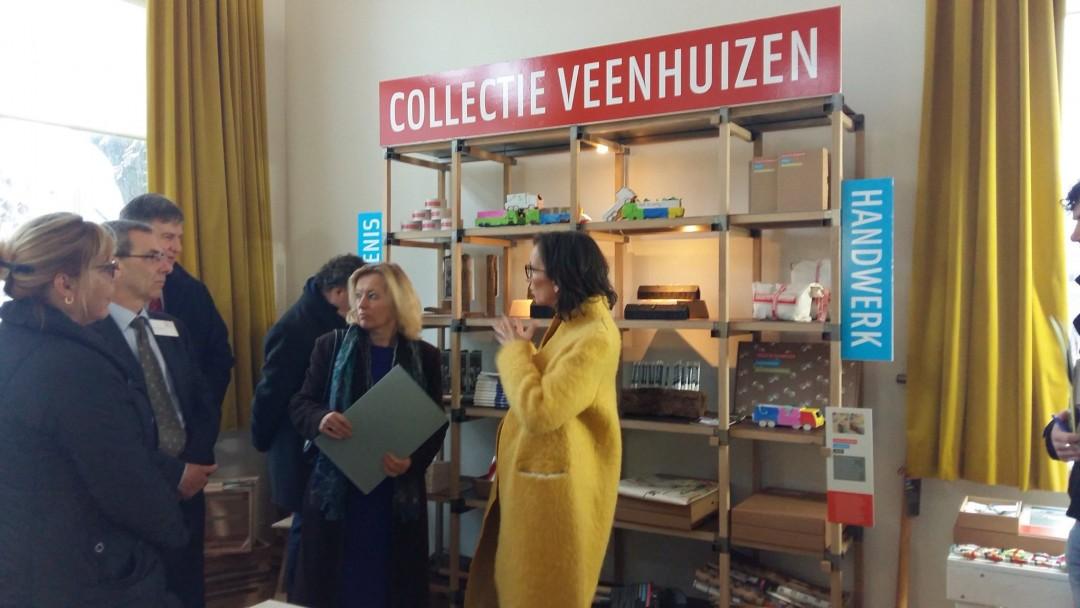 Minister Bussemaker bezocht ook streekproductenwinkel Lokaal Verhaal. Daar vertelde artistiek directeur Irene Fortuyn alles over Collectie Veenhuizen.